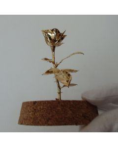 Малка позлатена роза
