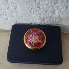 Порцеланова кутийка, Хризантема