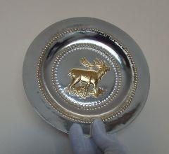 Посребрена и позлатена декоративна чиния с ловни сцени