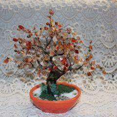 Дръвче от оранжев карнеол със златни мъниста